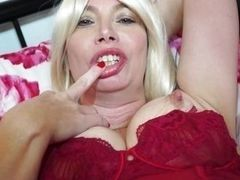 Hot mature slut plays with dildo