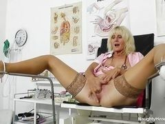 Lewd nurse in stockings shows the appetizing vagina