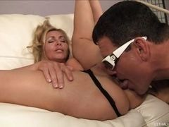 Blond mom who likes butt