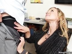 Blonde the colleague apologizes to him and offers the pussy directly on office